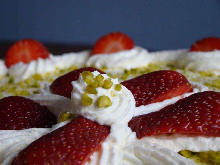 Holunderblüten-Brause-Torte mit Erdbeeren