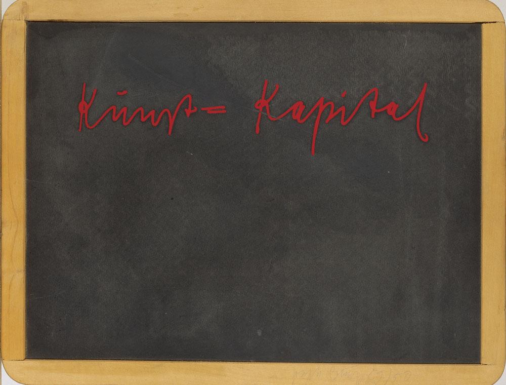 Joseph Beuys, Kunst = Kapital, 1980 Siebdruck auf Schiefertafel in Holzrahmen, 32 x 44 x 0,9 cm © VG Bild-Kunst, Bonn 2021 / Kunsthalle zu Kiel, Foto: Martin Frommhagen
